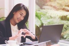 Mooie jonge bedrijfsvrouw die met laptop werken, die het scherm met de hart gestalte gegeven emotie van het het berichtconcept va Royalty-vrije Stock Fotografie