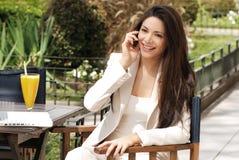 Mooie jonge Bedrijfsvrouw met movil royalty-vrije stock afbeelding