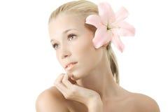 Mooie jonge blonde geïsoleerde vrouw met lelie Stock Afbeelding