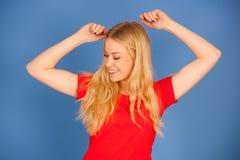 Mooie jonge blonde tienervrouw in trillende t-shirtdans ISO Stock Fotografie