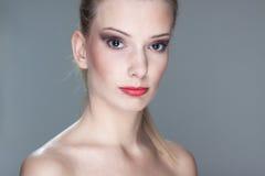 Mooie jonge blonde vrouw Royalty-vrije Stock Foto's