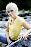 In mooie jonge blonde vrouw Stock Afbeeldingen