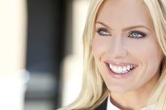 Mooie Jonge Blonde Vrouw met Blauwe Ogen Stock Foto's