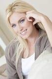 Mooie Jonge Blonde Vrouw met Blauwe Ogen Stock Foto