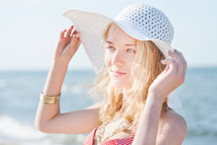 Mooie jonge blonde vrouw met strandhoed royalty-vrije stock foto's