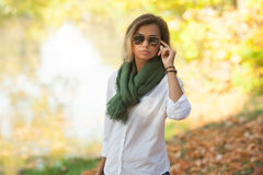 Mooie jonge blonde vrouw in zonnebril Stock Foto's