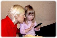 Mooie jonge blondegrootmoeder en weinig leuke kleindochter royalty-vrije stock afbeelding