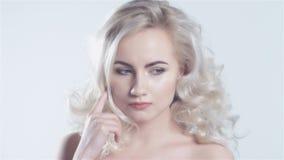Mooie jonge blondevrouw die een idee hebben stock videobeelden
