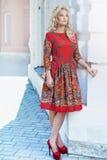 Mooie jonge blondevrouw die rond de stadsstraten lopen Ou Royalty-vrije Stock Foto's