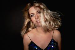 Mooie jonge blondevrouw met de professionele ogen van make-upsmokey Haar die in dans fladderen stock afbeelding