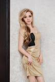 Mooie jonge blondevrouw met lang haar in Royalty-vrije Stock Foto