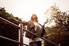 Mooie jonge blondevrouw in openlucht stock afbeelding