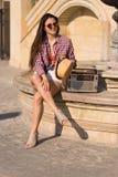 Mooie jonge bohovrouw met een retro stereozitting op een stre Royalty-vrije Stock Afbeeldingen