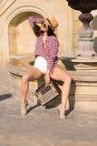 Mooie jonge bohovrouw met een retro stereozitting op een stre Royalty-vrije Stock Foto
