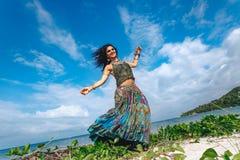 Mooie jonge bohovrouw op het strand stock foto's