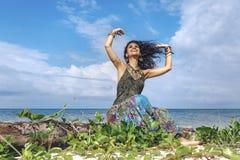 Mooie jonge bohovrouw op het strand stock fotografie