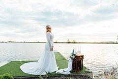 Mooie jonge bruid in de kleding van het luxehuwelijk Stock Afbeelding
