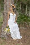 Mooie Jonge Bruid die tegen een Boom rusten Stock Foto's