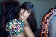Mooie jonge bruid met boeket Stock Afbeelding