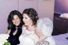 Mooie jonge bruid met haar moeder en grootmoeder Royalty-vrije Stock Afbeeldingen