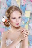 Mooie jonge bruid met huwelijksmake-up en kapsel in slaapkamer Royalty-vrije Stock Foto's