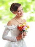 Mooie jonge bruid openlucht Royalty-vrije Stock Afbeeldingen