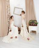 Mooie jonge bruiden in rustieke huwelijkskleding Stock Foto