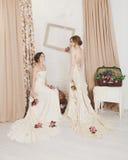 Mooie jonge bruiden in rustieke huwelijkskleding Royalty-vrije Stock Foto