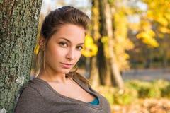 Mooie jonge brunette in de herfstpark. Royalty-vrije Stock Fotografie