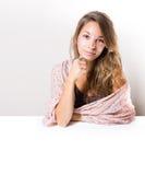 Mooie jonge brunette met copyspacebanner. Stock Afbeelding