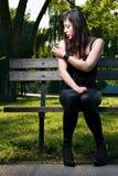 Mooie jonge brunette op het portret van de bankmanier Stock Fotografie