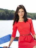Mooie jonge brunette in rode kleding Royalty-vrije Stock Afbeeldingen