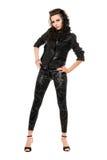 Mooie jonge brunette in zwarte kleren royalty-vrije stock fotografie