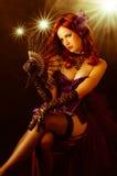 Mooie jonge burleske showgirl op stadium Stock Foto