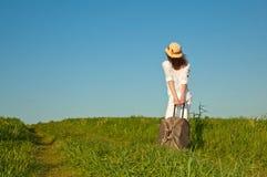 Mooie jonge dame die met een koffer reist royalty-vrije stock fotografie