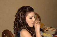 Mooie jonge dame in een restaurant stock foto's