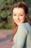 Mooie jonge dame in gouden licht van de zomerzon Stock Afbeelding