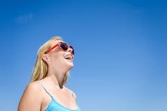 Mooie jonge dame het letten op film met 3D glazen, blauwe lichte achtergrond Royalty-vrije Stock Afbeeldingen