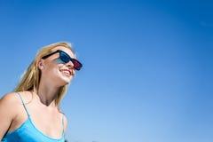 Mooie jonge dame het letten op film met 3D glazen, blauwe lichte achtergrond Stock Afbeeldingen