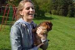 Mooie jonge dame met een hond Stock Afbeelding