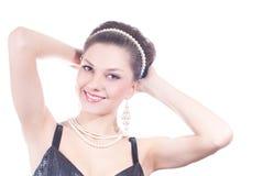 Mooie jonge dame met geïsoleerdea parelsjuwelen royalty-vrije stock foto's