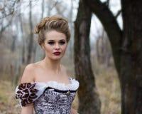 Mooie jonge dame in schitterende uitstekende kleding Portretoutdoo Stock Foto
