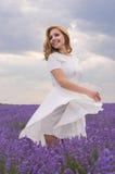Mooie jonge dansende vrouw Royalty-vrije Stock Afbeeldingen