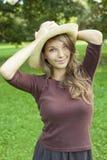 Mooie jonge de lentebrunette in aard. Royalty-vrije Stock Afbeeldingen