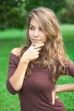 Mooie jonge de lentebrunette die in openlucht stelt. Royalty-vrije Stock Afbeeldingen