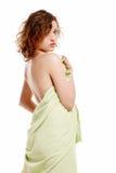 Mooie jonge die vrouw in een handdoek wordt verpakt royalty-vrije stock fotografie