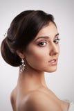 Mooie Jonge Donkerbruine Bruidvrouw Het Kapsel van de manierelegantie Royalty-vrije Stock Foto's