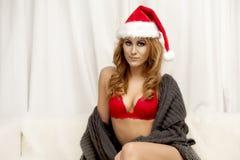 Mooie jonge donkerbruine vrouw als santameisje - Kerstmisportret Stock Foto's