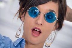 Mooie jonge donkerbruine vrouw met blauwe glazen Royalty-vrije Stock Foto