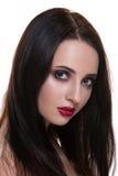 Mooie jonge donkerbruine vrouw met het perfecte die portret van de huidclose-up op witte achtergrond wordt geïsoleerd Golvend kap Stock Afbeelding